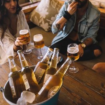 Amis avec des bières au seau