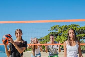 Amis jouant au beach-volley