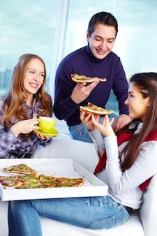 Amis manger de la pizza
