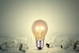 Ampoule allumée entre beaucoup de lumières