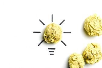 Ampoule en papier froissé. Métaphore pour une bonne idée. Concept d'inspiration