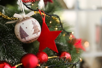 Arbre de Noël avec des boules de Noël et étoile rouge