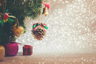 Arbre de Noël décoratif avec fond brillant
