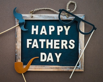 Ardoise avec des lettres et des objets décoratifs pour la fête des pères