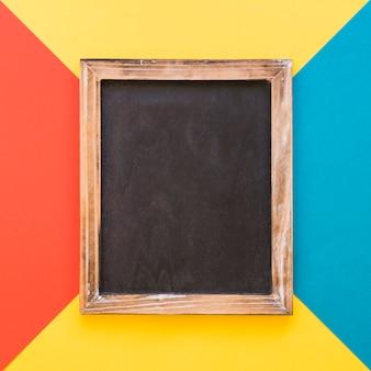 Ardoise verticale sur fond géométrique coloré