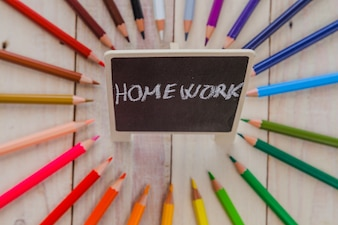 Arrangement de tableau et de crayons