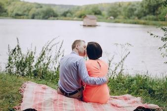 Arrière, vue, couple, embrasser, dehors