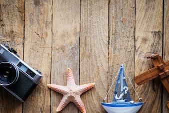 Articles de voyage et de vacances sur une table en bois. Vue de dessus avec copie.