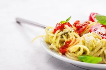 Assiette de spaghetti avec des tomates et du fromage