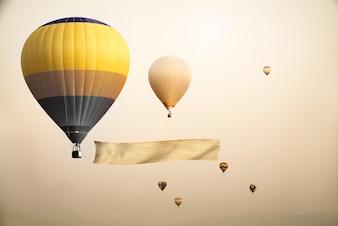 Ballon d'air chaud vintage avec un drapeau vierge pour votre message d'ajout - style rétro effet filtre