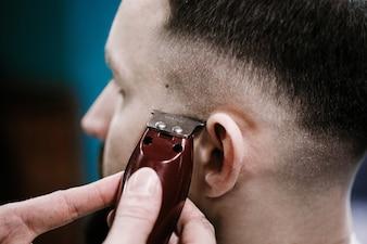 Barber forme le haut de la barbe