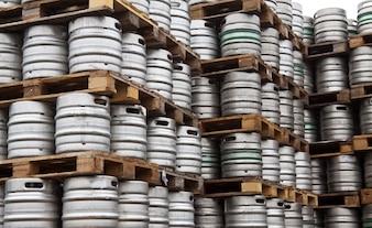 Barils de bière en rangées