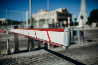 Barrière d'accès aux véhicules. Contexte urbain.