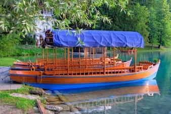 Bateaux en bois avec des détails bleus dans la rivière