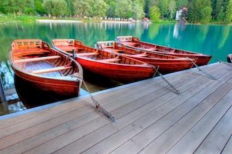 Bateaux rouges dans la rivière