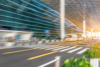 Bâtiment moderne et autoroute