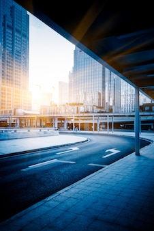 Bâtiments et routes urbains modernes, plates-formes