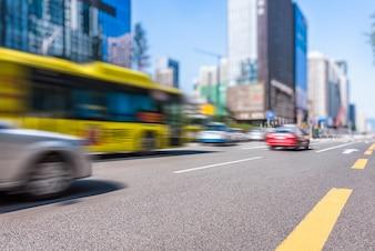 Bâtiments modernes urbains et véhicules routiers
