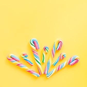 Bâtonnets de bonbons colorés