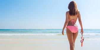 Beach vacances tuba snorkeling avec masque et ailettes. Femme en bikini reposant sur l'été, escapade tropicale, faire de l'activité de plongée en apnée avec des rameaux tuba et bronzage. Banner crop for copy space
