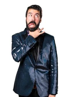 Beau homme avec une veste en paillette se noyant