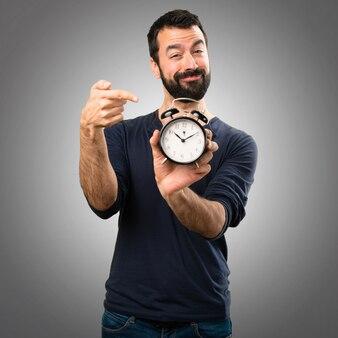 Beau, homme, barbe, tenue, vendange, horloge, gris, fond