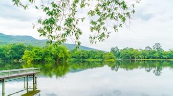 Beau parc vert avec lac, Ang Kaew à Chiang Mai Universi
