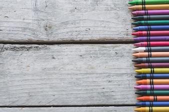 Beaucoup de crayons sur la surface en bois