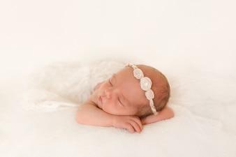 Bébé dort sur ses bras