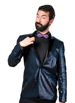 Bel homme avec une veste en paillette fier de lui-même