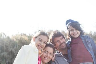 Belle famille en profitant de l'extérieur