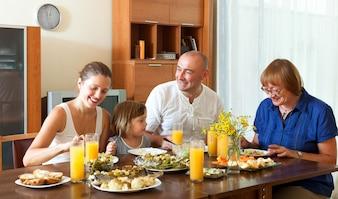 Belle famille joyeuse et généreuse ayant un diner sain