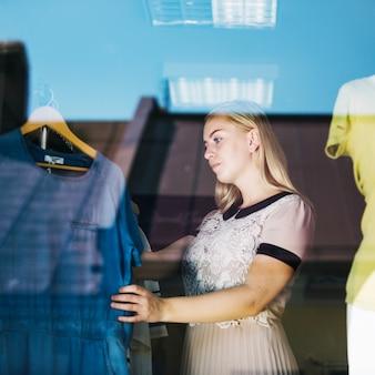 Belle femme à la recherche d'une nouvelle robe