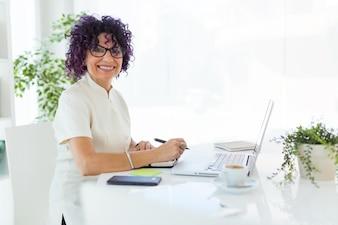 Belle femme d'affaires qui travaille dans le bureau.