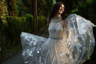 Belle fille charmante lumière en plein air