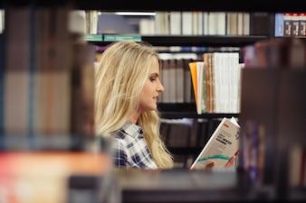 Belle fille cueillette de la littérature