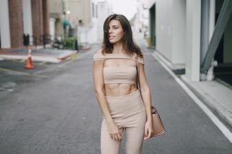 Belle fille dans la rue
