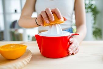 Belle jeune femme préparant le petit-déjeuner à la maison.