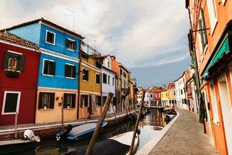 Belle lumière du jour avec bateaux, bâtiments et eau. Lumière du soleil. Toning. Burano, Italie.
