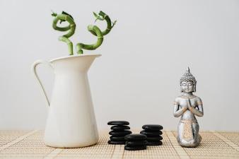 Belle scène avec des pierres volcaniques, Bouddha et bambou