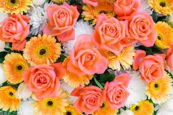 Belles fleurs pour valentines et scène de mariage