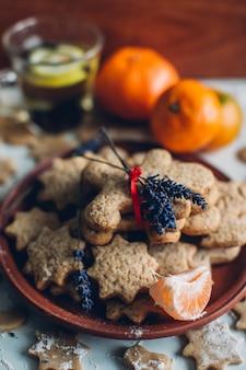Biscuits de pain d'épice de Noël ou de nouvelle année sur une assiette