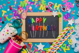 Blackboard avec une décoration où il met «joyeux anniversaire»