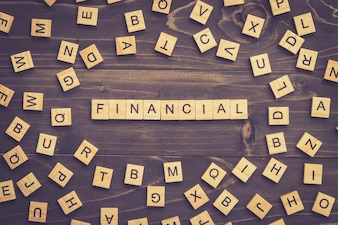 Bloc de bois de mot financier sur table pour concept d'entreprise.