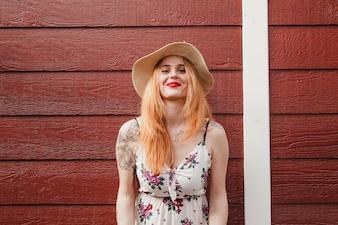 Blode girl posant en été