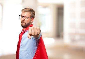 Blond homme héros expression de colère