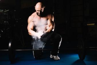 Bodybuilder mâle avec barre