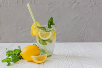 Boisson fraîche d'été avec du citron