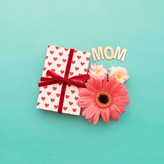 """Boîte cadeau, fleurs et lettrage """"maman"""" en gros plan"""