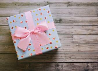 Boîte cadeau mignonne avec filtre rétro effet